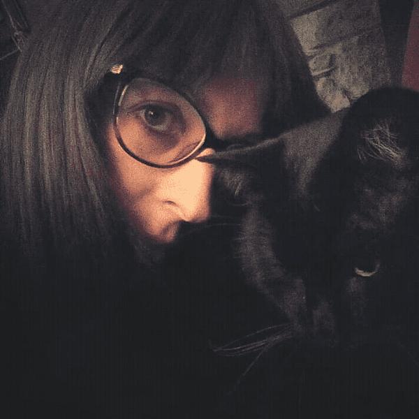 L'insegnante del corso, Simona Mortarino, insieme a un gatto nero